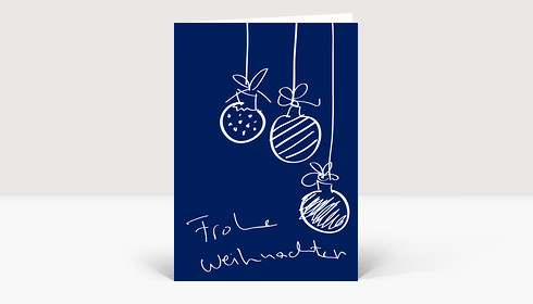 Weihnachtskarte Drei Handgezeichnete Christbaumkugeln auf blau