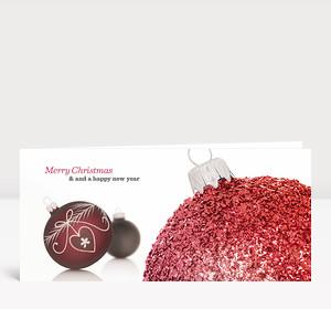 Weihnachtskarte Leuchtend rote Christbaumkugel englisch