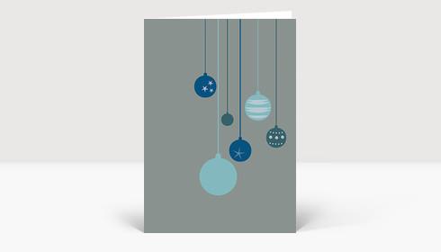 Weihnachtskarte Sechs blaue Weihnachtskugeln auf blaugrau